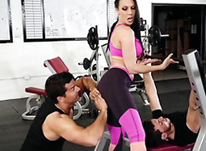 Gym visitor touches Rachel Starr's ass hinting convenient XXX divertissement